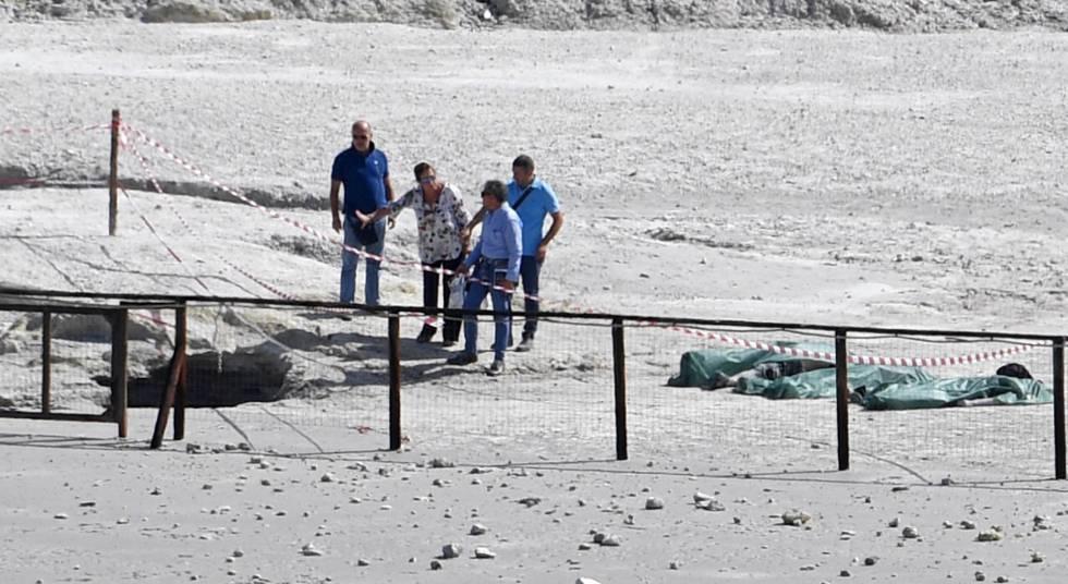 Los cuerpos de los tres fallecidos en el cráter volcánico Solfatara en Pozzuoli (Italia), este martes.