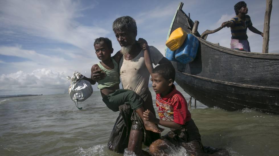 Una barcaza con ciudadanos de la etnia rohingya llega a Bangladés desde Myanmar, el pasado 14 de septiembre.