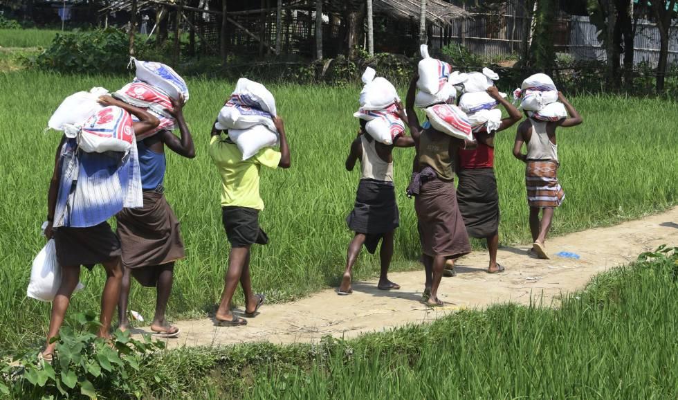 Refugiados rohingya portan mercancías en el campo de Jalpatoli, entre Myanmar y Bangladés.