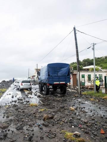 Una carretera destrozada en la isla de Martinica (caribe francés) tras le paso del Huracán María, este martes.
