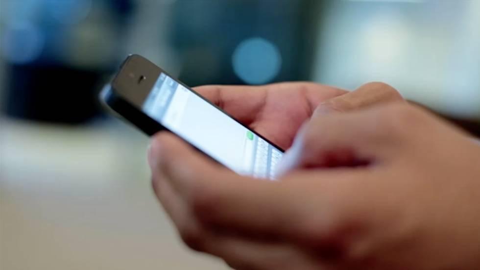 Un usuario usa su teléfono móvil.