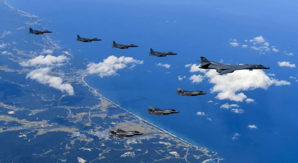 Cazabombarderos estadounidenses este sábado en la misión por la costa de la península coreana.