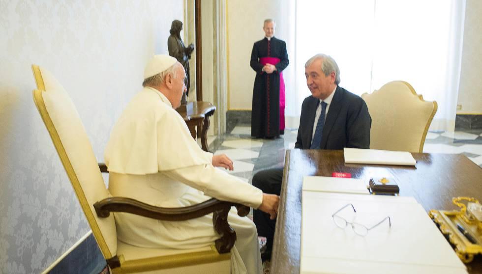 El papa Francisco conversa en abril de 2016 con Libero Milone, entonces auditor general del Vaticano.