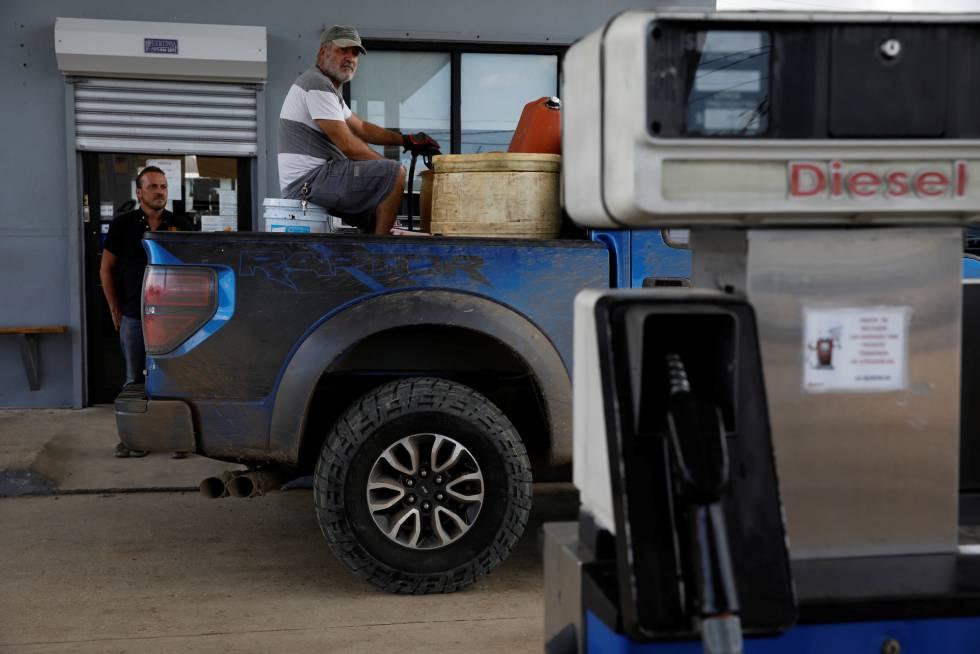 Un hombre en una gasolinera en Puerto Rico.