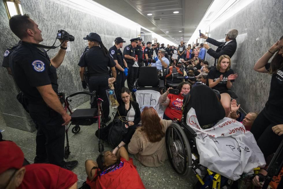 Grupos de pacientes protestando el lunes en el Congreso contra la reforma republicana
