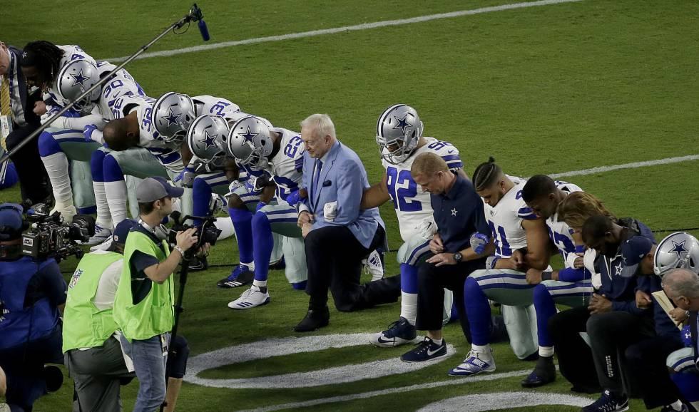 Los Dallas Cowboys, incluido su propietario Jerry Jones, se arrodillan antes del himno estadounidense en su último partido