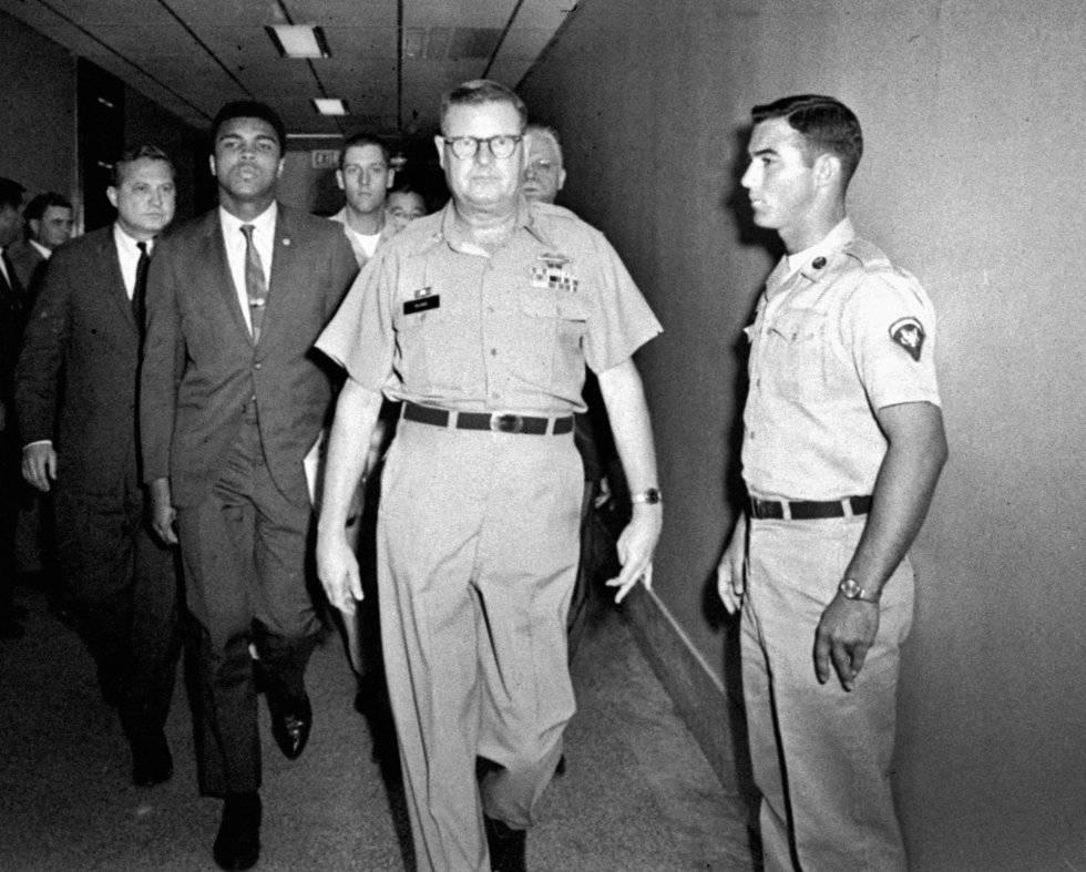 Muhammad Ali es escoltado por el comandante del centro de reclutamiento de Houston en 1967 tras negarse a alistarse.