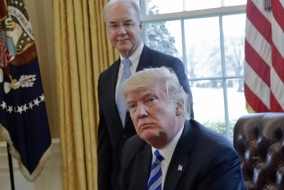 El presidente Donald Trump con el dimitido secretario de Salud, Tom Price.
