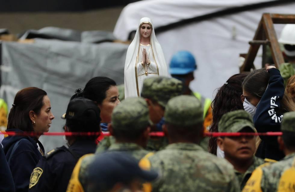 Una figura religiosa permanece durante las labores de búsqueda en el edificio de Álvaro Obregón