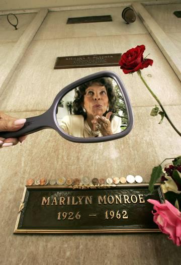 Elsie Poncher, en 2009, mirando el nicho de su difunto esposo.