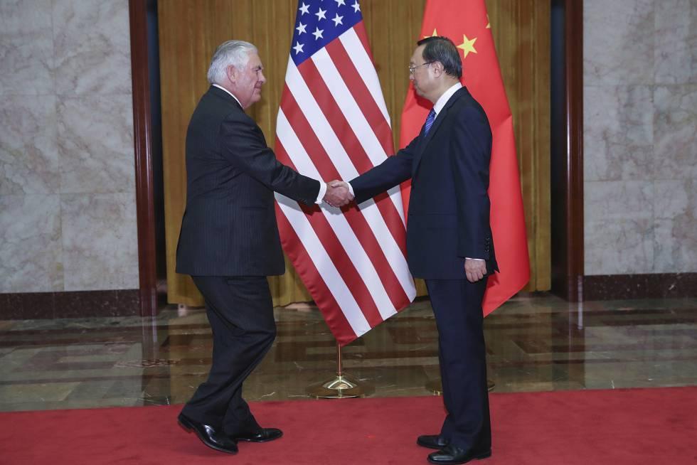 El Secretario de Estado Rex Tillerson (i) y el consejero de Estado chino, Yang Jiechi