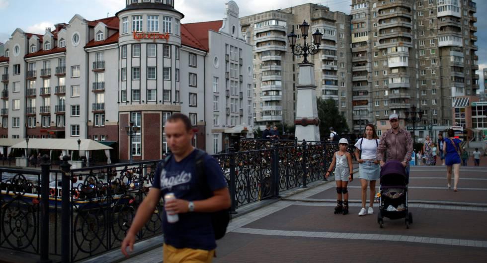 Viandantes en una calle de Kaliningrado, en julio.