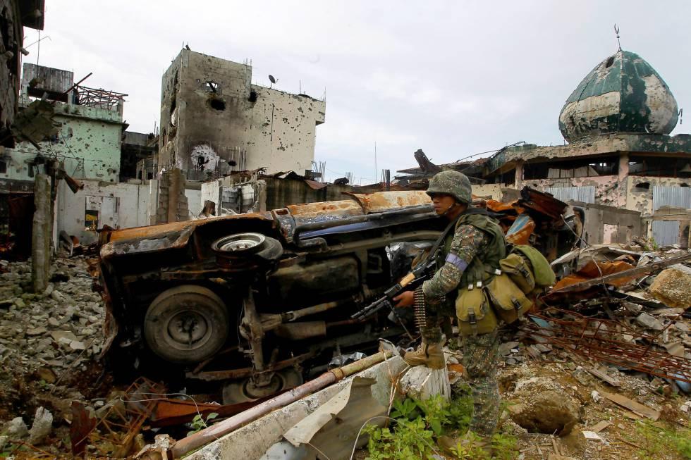 Un soldado filipino en la ciudad de Marawi, donde combaten al Estado Islámico, a mediados de septiembre