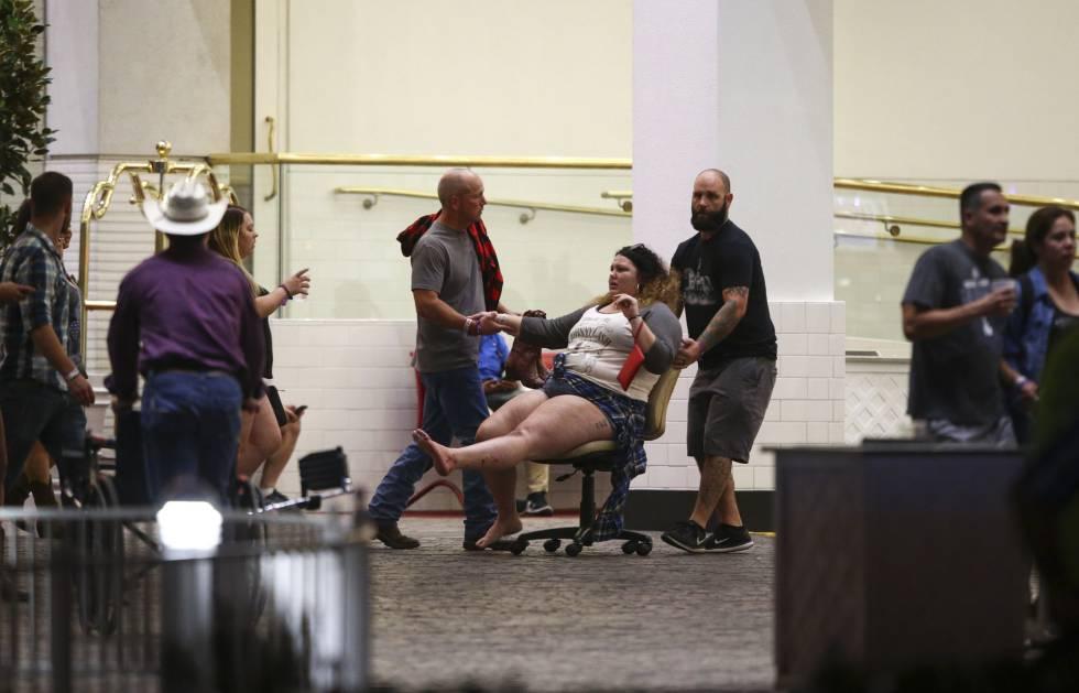 Una mujer herida es trasladada al hospital después del tiroteo.