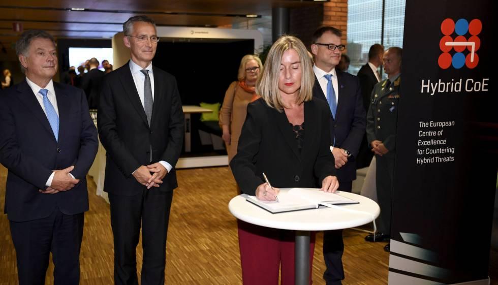 Desde la izquierda, el presidente de Finlandia, Sauli Niinisto, el secretario general de la OTAN, Jens Stoltenberg y la alta representante de la UE, Federica Mogherini, este lunes en Helsinki.