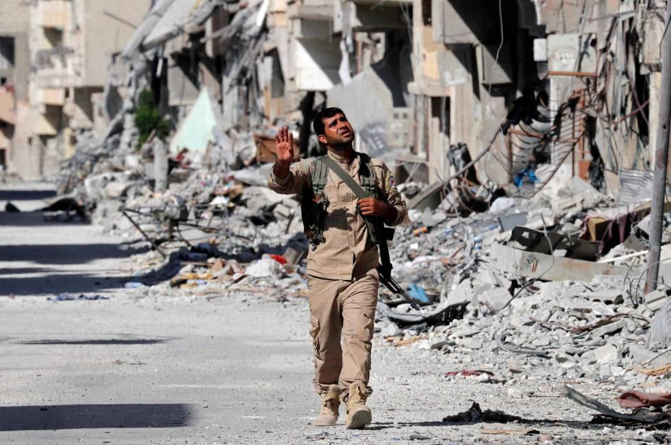 Un soldado de las FDS camina entre edificos destruidos de la ciudad de Raqa, en Siria, el 1 de octubre.