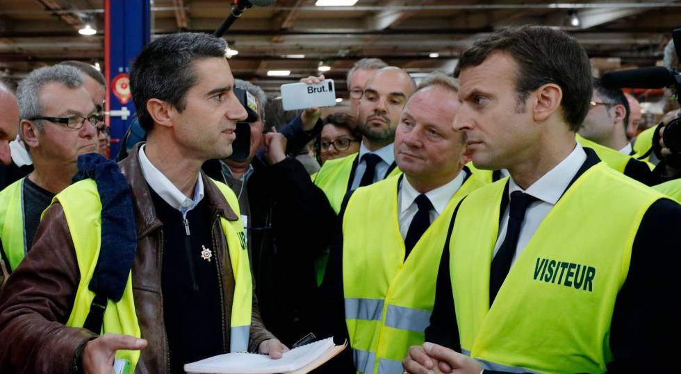 El diputado de izquierdas François Ruffin y el presidente Emmanuel Macron en la fábrica Whirlpool de Amiens