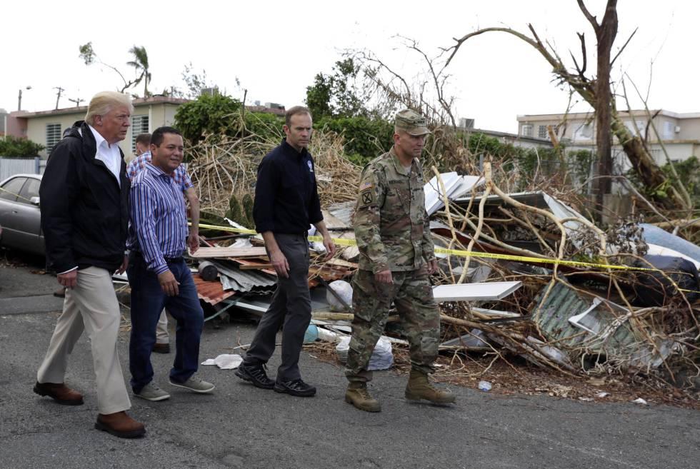 Trump caminando este martes por Guaynabo, Puerto Rico.