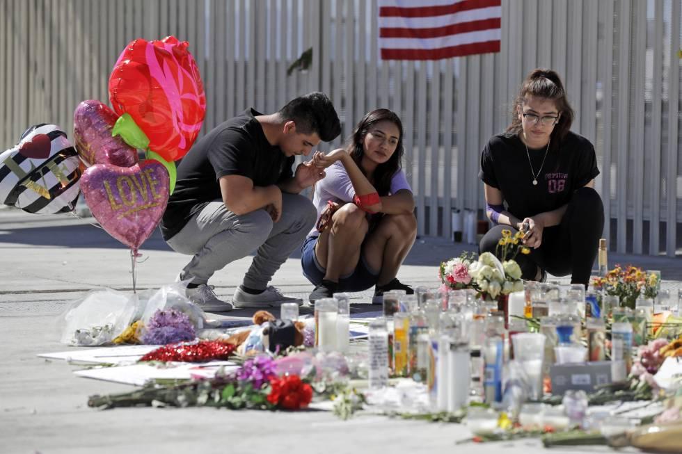 Personas rezan frente a las ofrendas por el tiroteo de Las Vegas.