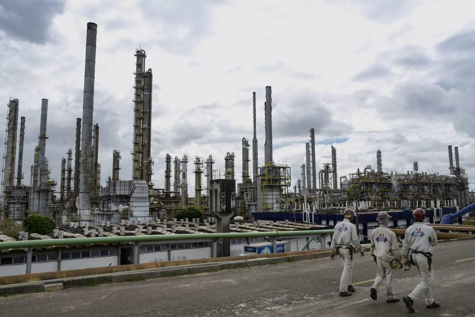 Operarios de Braskem ante la planta de la petroquímica en Camaçari (Brasil) en julio de 2015.