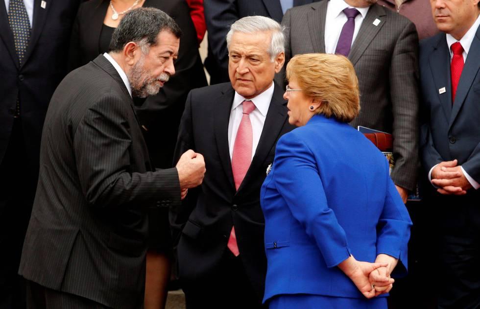Mahmud Aleuy (izquierda), con Heraldo Muñoz y Michelle Bachelet, en julio.
