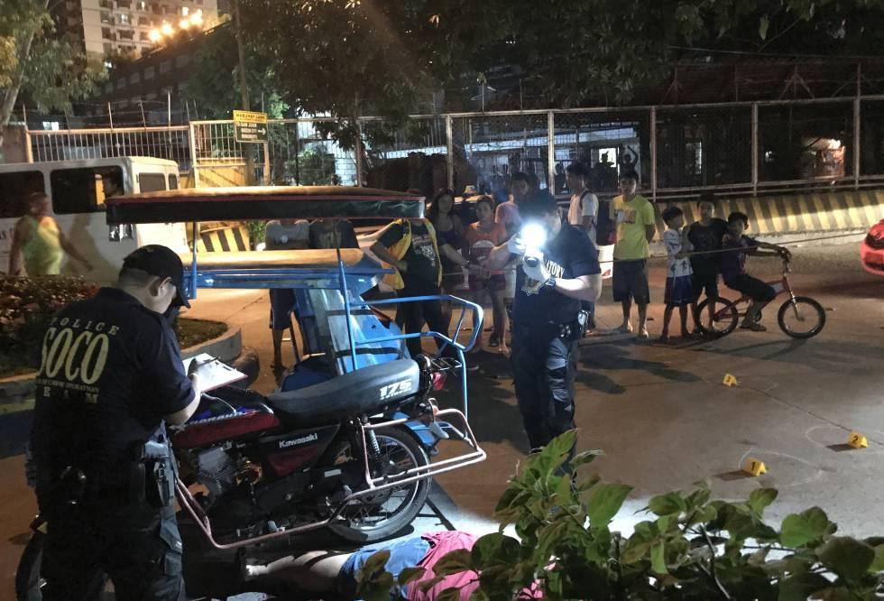 La policía forense fotografía la escena del asesinato de Jade Manuel Cazcarro en Manila.