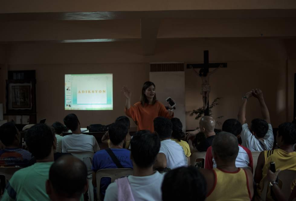 Terapia de rehabilitación en la iglesia de San Roque, Caloocan, guiada por la psicóloga Jigette Cyril