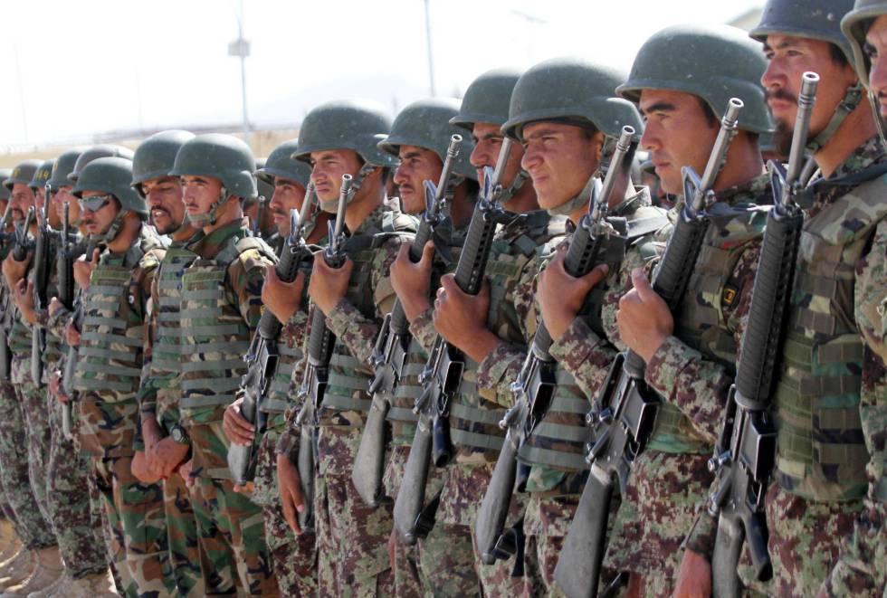 Varios soldados afganos participan en su ceremonia de graduación.