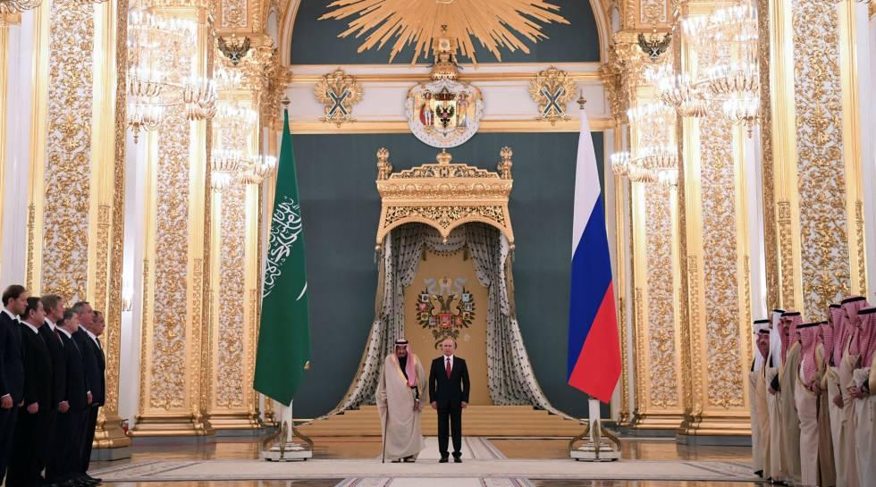 El presidente ruso, Vladímir Putin y el rey saudí Salmán este jueves en el Kremlin, en Moscú.