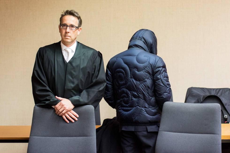 El ex agente secreto alemán, Werner Mauss junto a su abogado en la Audiencia provincial de Bochum, al oeste de Alemania.