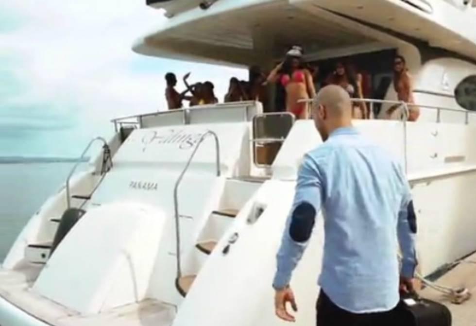 En la invitación a la fiesta, un hombre llega a Cartagena y lo espera un yate lleno de mujeres.