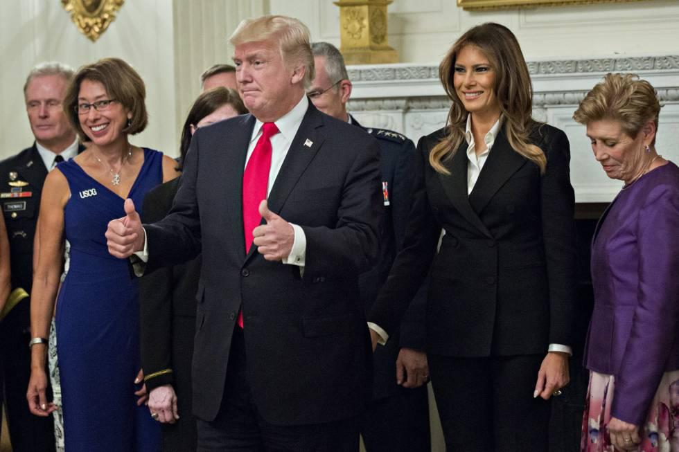 El presidente de los Estados Unidos, Donald J. Trump, posa junto a la primera dama, Melania Trump, para una fotografía oficial con altos líderes militares y sus esposas en la Sala Azul de la Casa Blanca.