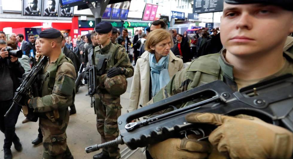 La ministra de Defensa Florence Parly, rodeada de soldados, en la estación de Montparnasse de París, el 2 de octubre.