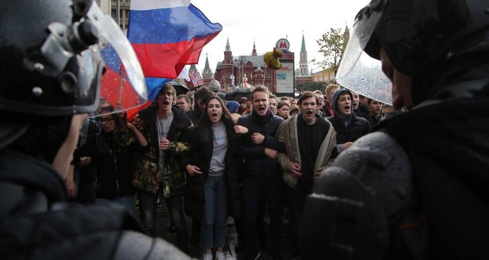 Una columna de opositores participan en la protesta de Moscú.
