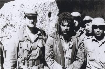 La última fotografía del Che Guevara en Bolivia antes de su ejecución. A su derecha, el agente cubano de la CIA Félix Rodríguez.