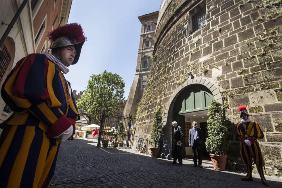La Guardia Suiza custodia la entrada del IOR, el Banco Vaticano.