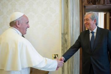 El Papa saluda al exauditor general del Vaticano, Libero Milone, en 2016.
