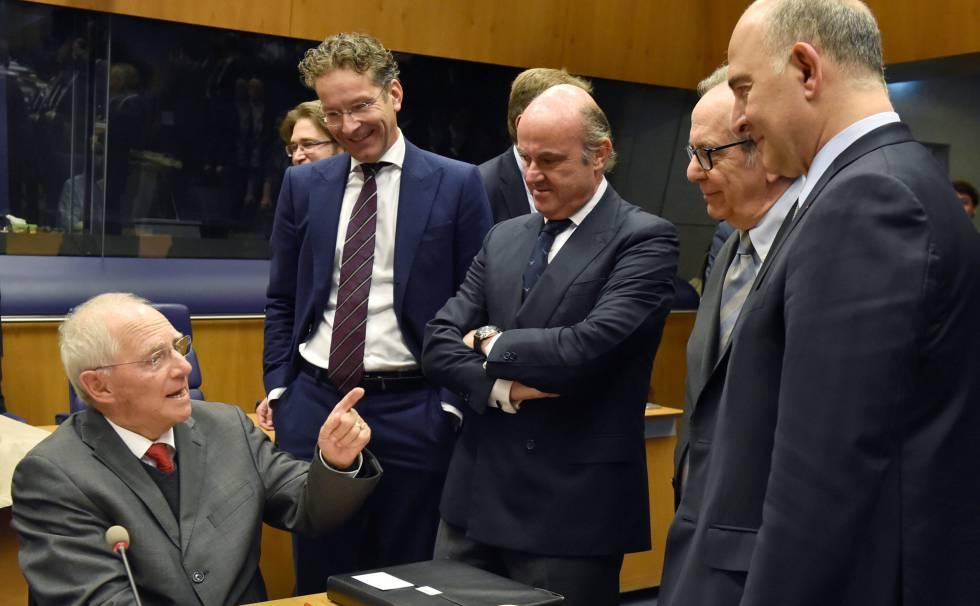 El ministro de Finanzas alemán, Wolfgan Schäuble, conversa con otros líderes europeos.