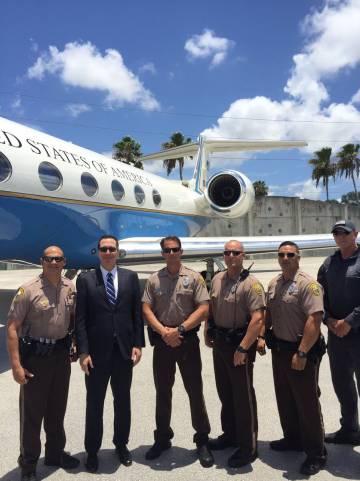 Steve Mnuchin posa frente a uno de los jets del Gobierno que ha usado siete veces.