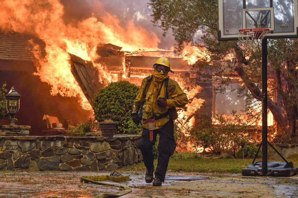 Un bombero en el incendio de Anaheim Hills, California, el lunes.