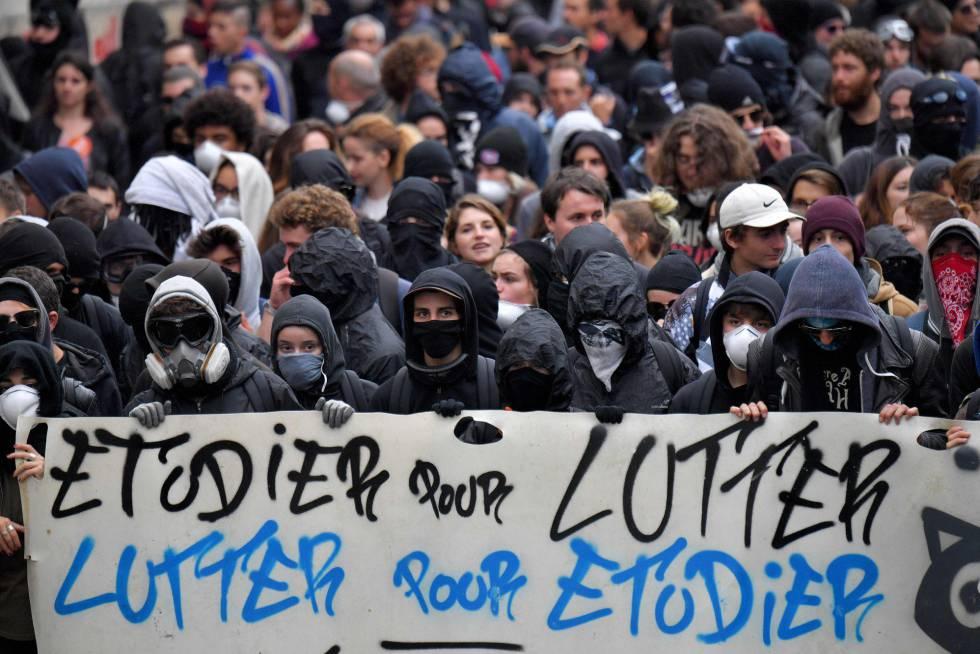 Manifestantes enmascarados en una manifestación estudiantil este martes.