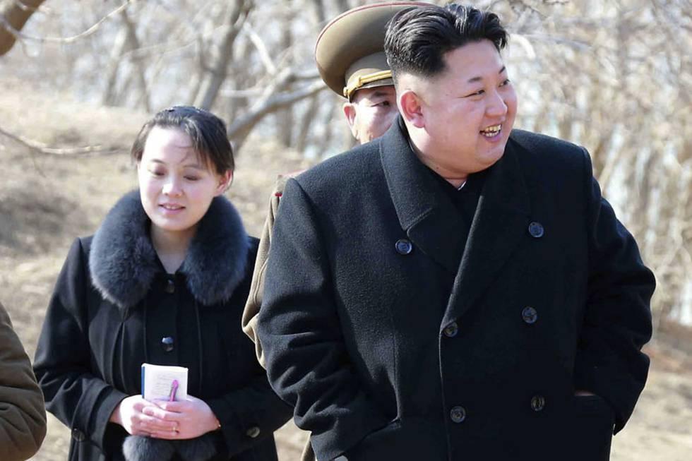 Una foto del líder norcoreano Kim Jong Un, junto a su hermana Kim Yo Jong,  en una foto de 2015