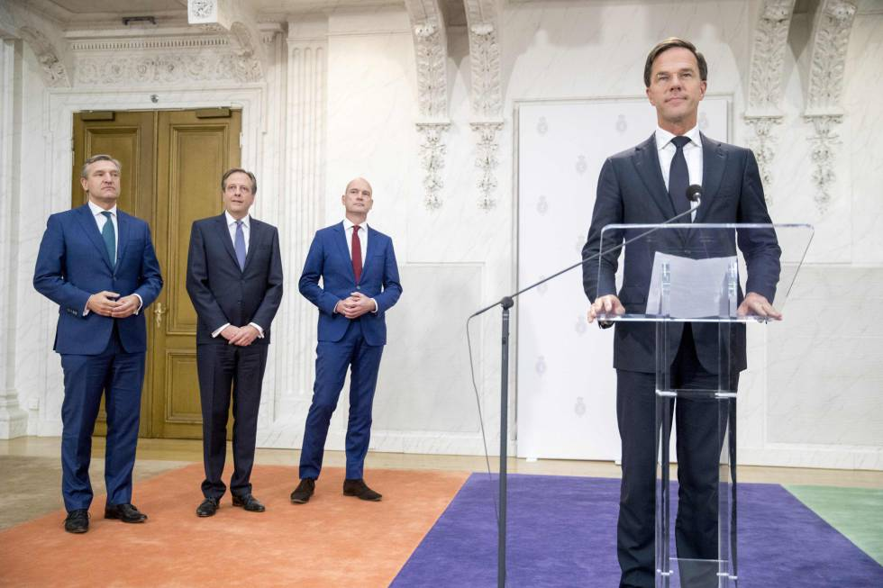 Desde la derecha, el primer ministro holandés, Mark Rutte, Gert-Jan Segers de ChristenUnie, Alexander Pechtold de D66 y Sybrand Buma de CDA, en la presentación de la nueva coalición este martes en La Haya. rn