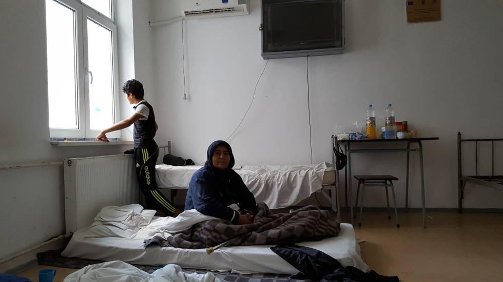 La iraquí Sama y uno de sus nietos en su habitación del centro de refugiados de Galati (Rumania).