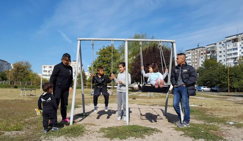 Aya y Tarek junto a sus cuatro hijos en el centro de refugiados de Galati (Rumania).