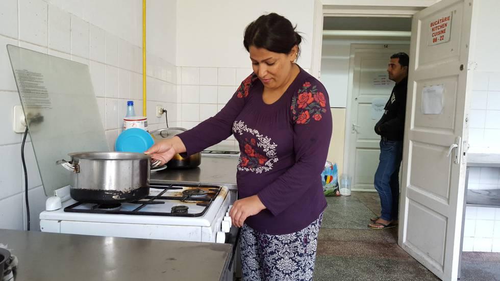 Chnar y su esposo, Obed Rasul, en la cocina del centro de refugiados de Galati.