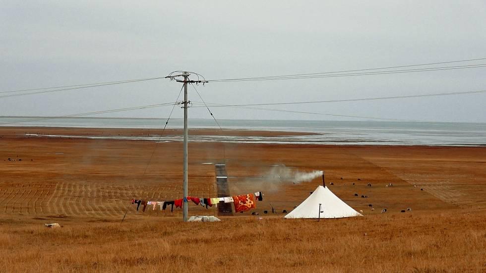 Paisaje sobre el lago Qinghai, el mayor de agua salada en China y a 3.300 metros de altura en la meseta tibetana