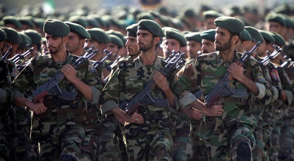 Miembros de la Guardia Revolucionaria de Irán desfilan por Teherán en 2007.