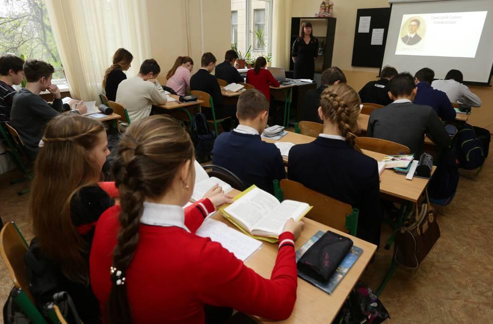 Niños de Donetsk, en una clase de lengua y literatura ucraniana en 2016.