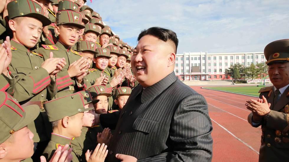 Kim Jong-Un fotografiado con estudiantes la semana pasada.